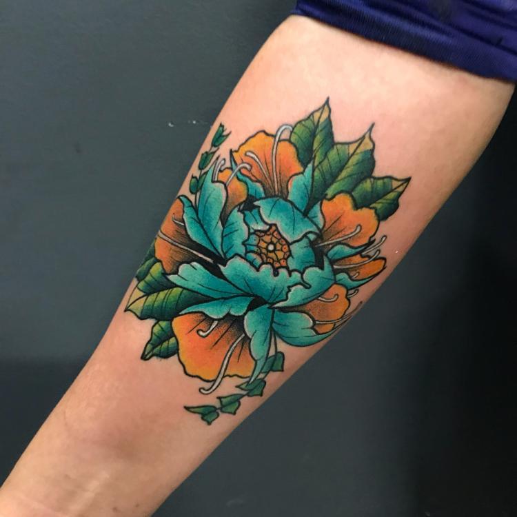 Peonya  tatuaje realizado por Brandon Quintana