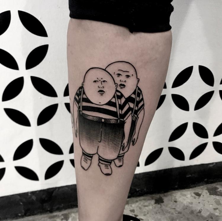 Gemelos Alicia  tatuaje realizado por Brandon Quintana