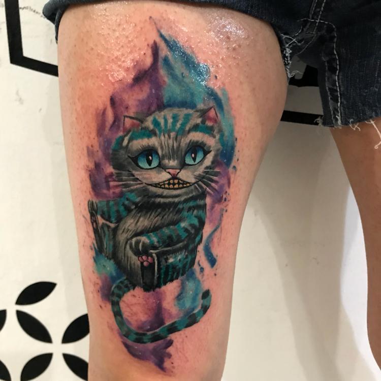 Gato Alicia  tatuaje realizado por Brandon Quintana