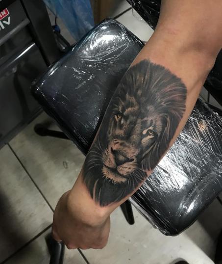 Leon a sombras  tatuaje realizado por Dani Latymor