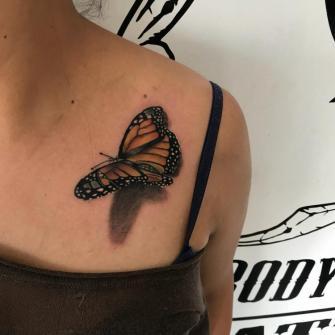 Mariposa  tatuaje realizado por Brandon Quintana