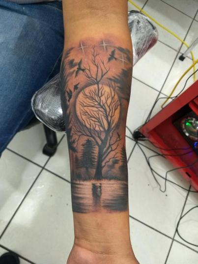 Paisaje tatuaje realizado por Checko Palma Tattoo
