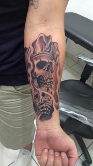 Tatuaje de calavera arlequin tatuaje realizado por Checko Palma Tattoo