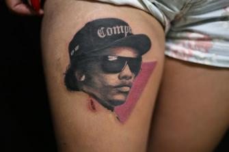 EAZY E tatuaje realizado por Old Gangsters Tattoo Shop