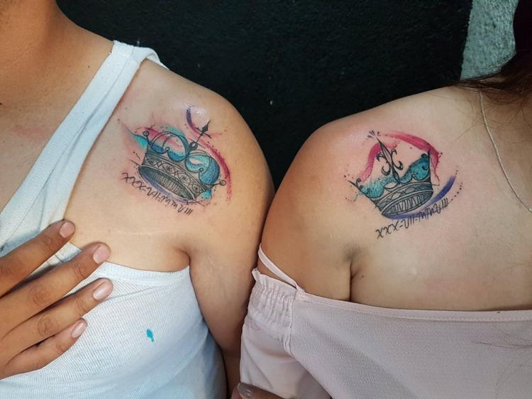 Coronas en pareja tatuaje realizado por Baloo Rodríguez
