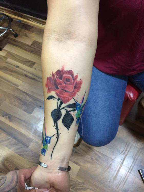 Rosa en el brazo tatuaje realizado por Baloo Rodríguez
