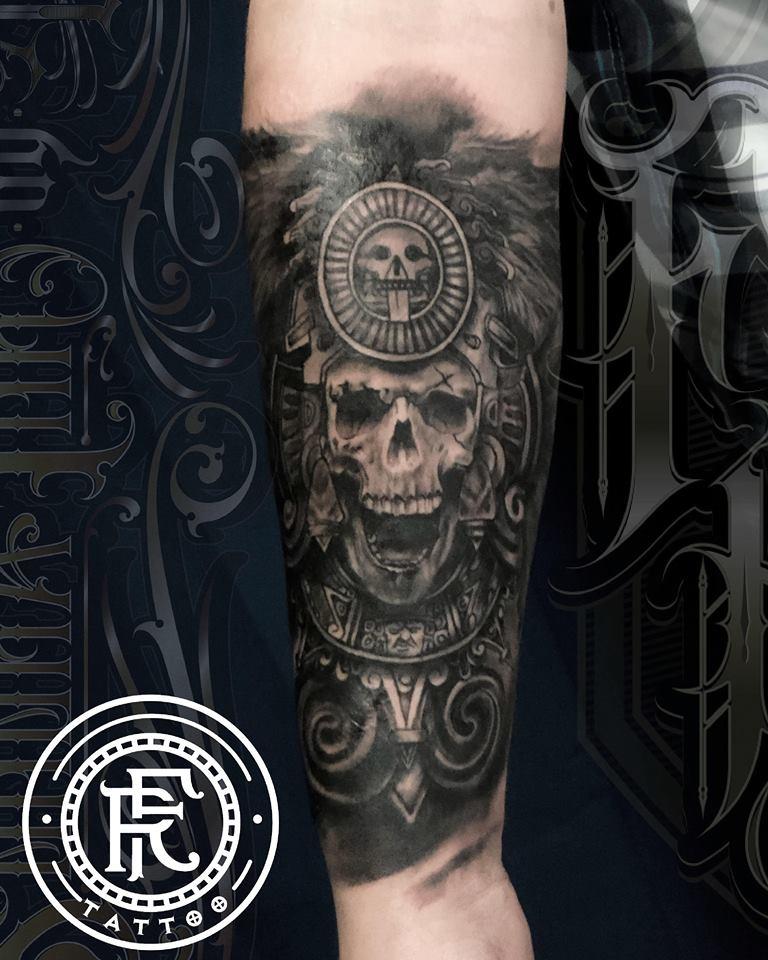 cráneo prehispánico, black and grey tatuaje realizado por Fabian Rojas