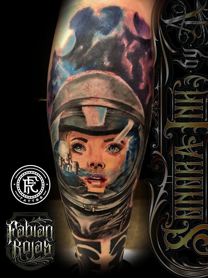 Astronauta en el espacio, realismo a color tatuaje realizado por Fabian Rojas