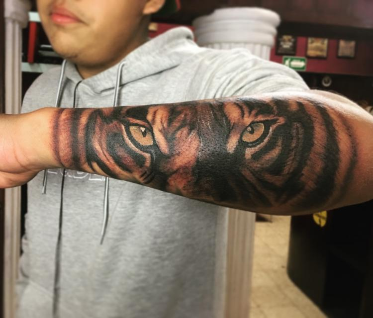 Tigre  tatuaje realizado por Zac Ink Tattoo Shop