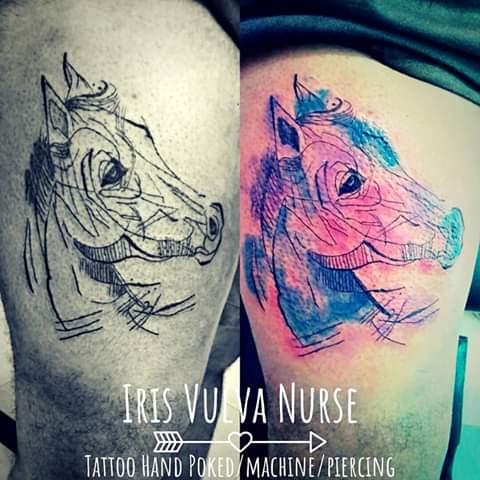 Caballo con acuarela tatuaje realizado por Iris Vulva Nurse