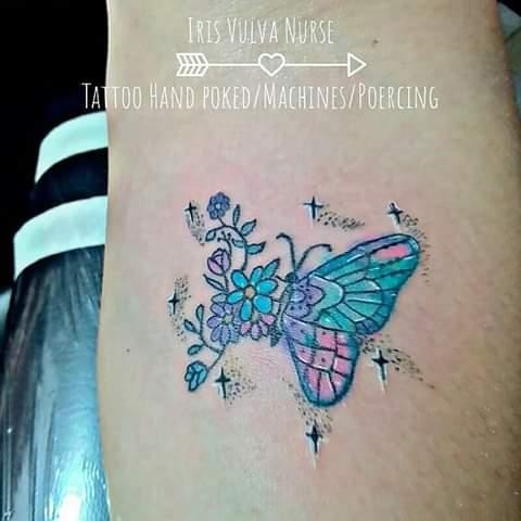Mariposa con Flores  tatuaje realizado por Iris Vulva Nurse
