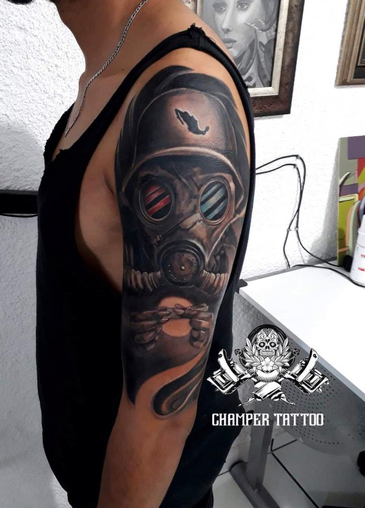 Máscara de gas.  tatuaje realizado por Champer tattoo Querétaro