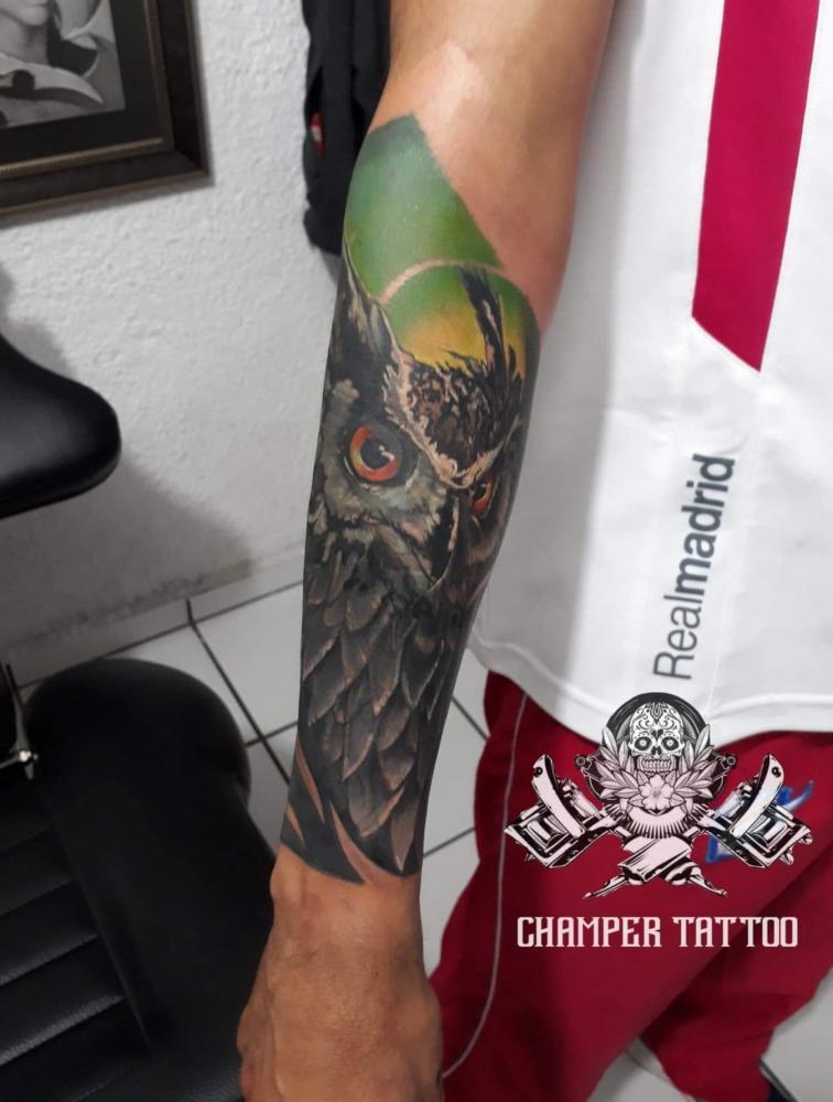 Buho  tatuaje realizado por Champer tattoo Querétaro