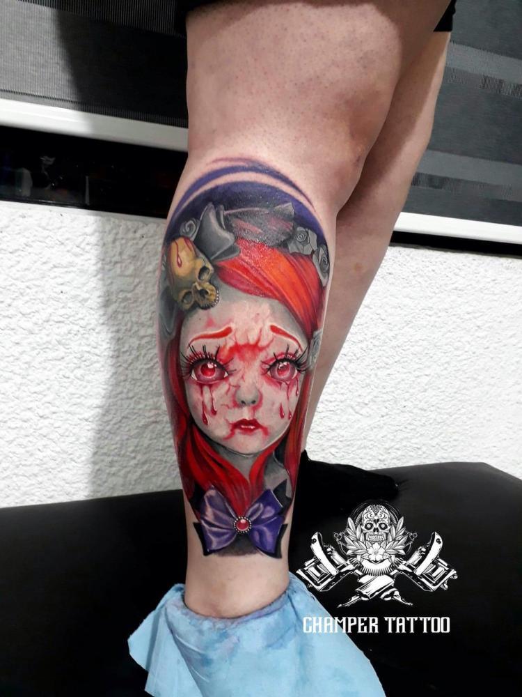 Muñequita triste estilo gotico tatuaje realizado por Champer tattoo Querétaro