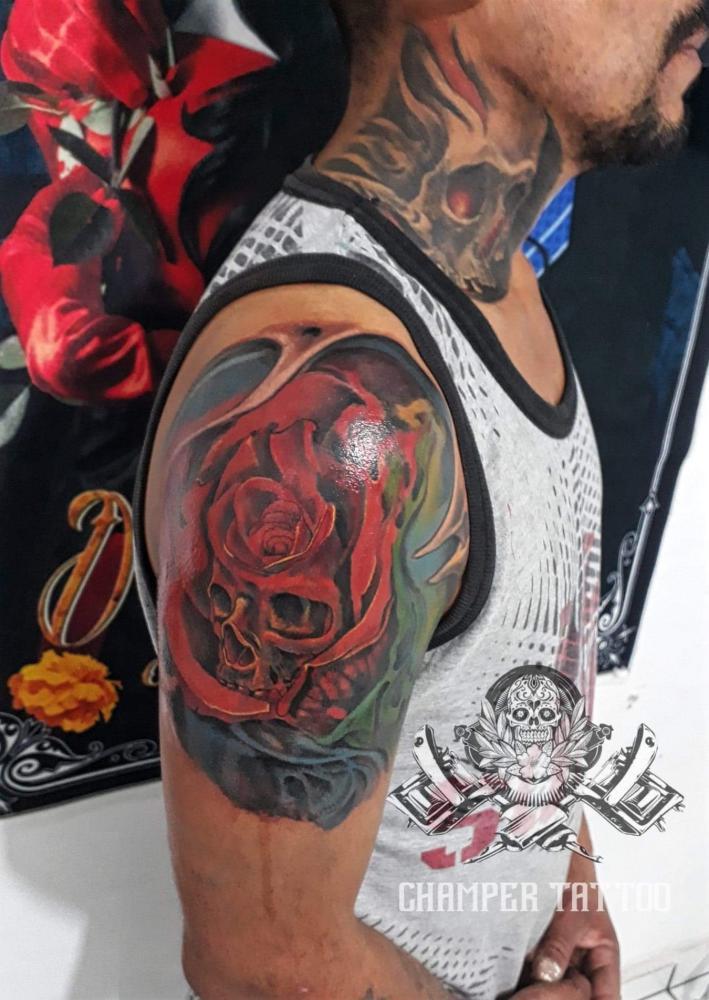 Rosa con craneo tatuaje realizado por Champer tattoo Querétaro