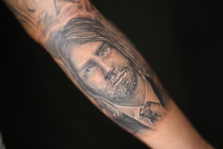 RETRATO KURT COBAIN tatuaje realizado por Old Gangsters Tattoo Shop