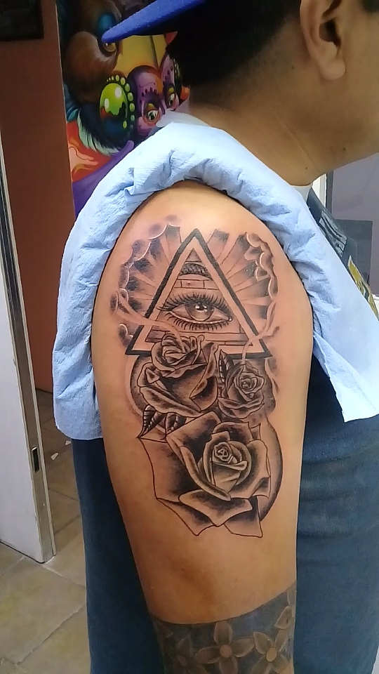 Tattoo ojo y rosas  tatuaje realizado por Jocker Ink Tattoo