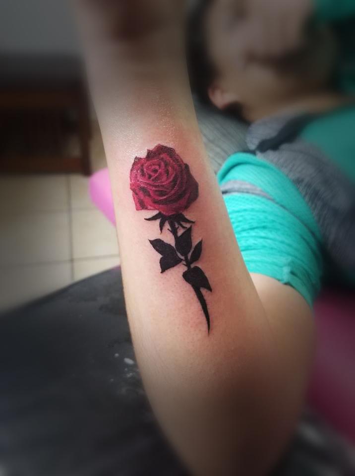 Rosa  tatuaje realizado por Omar Mendoza