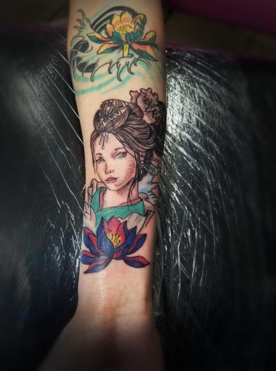 Geisha tatuaje realizado por Omar Mendoza