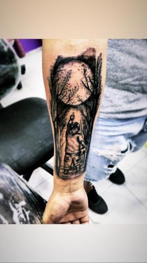 A sombras tatuaje realizado por Ari Guzman