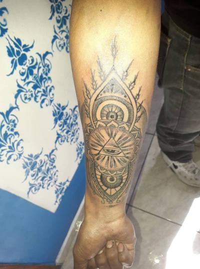 Vista geometrica tatuaje realizado por Rak Martinez