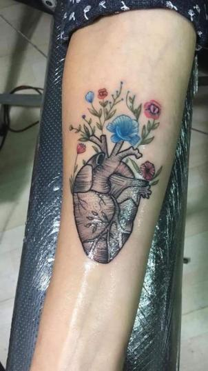 Corazón con flores tatuaje realizado por Héctor Ramírez