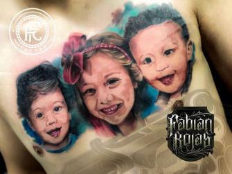 Retrato niños, realismo a color tatuaje realizado por Fabian Rojas