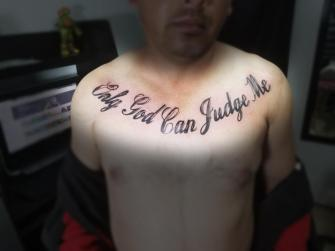 Only God Can Judge Me  tatuaje realizado por Omar Mendoza