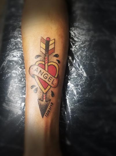 Corazón y flecha  tatuaje realizado por Omar Mendoza