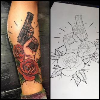 Arma tatuaje realizado por Edgar Salazar