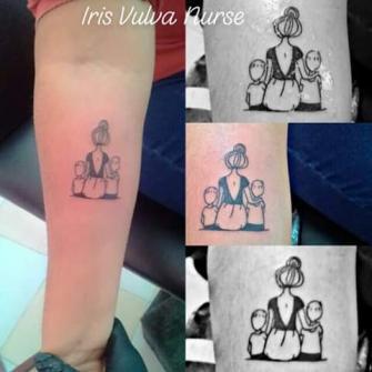 Mama e hijos tatuaje realizado por Iris Vulva Nurse
