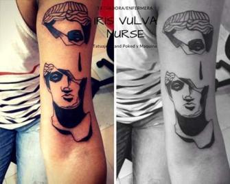 Cabeza griega Fraccionada  tatuaje realizado por Iris Vulva Nurse