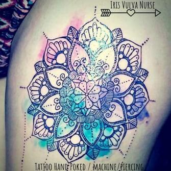 Mandala con acuarela tatuaje realizado por Iris Vulva Nurse