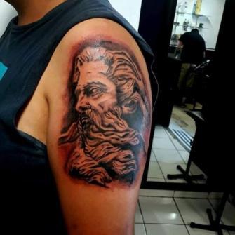 Tatiaje en black n grey  tatuaje realizado por Benjamín Churros