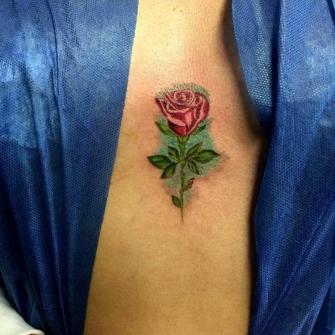 Rosa color tatuaje realizado por Benjamín Churros