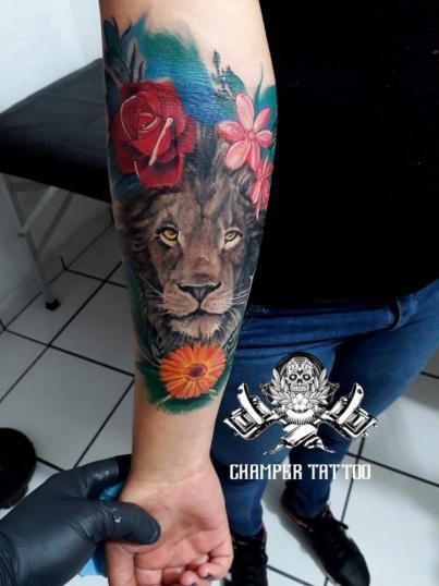 León con flores tatuaje realizado por Champer tattoo Querétaro