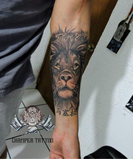 Leon  tatuaje realizado por Champer tattoo Querétaro