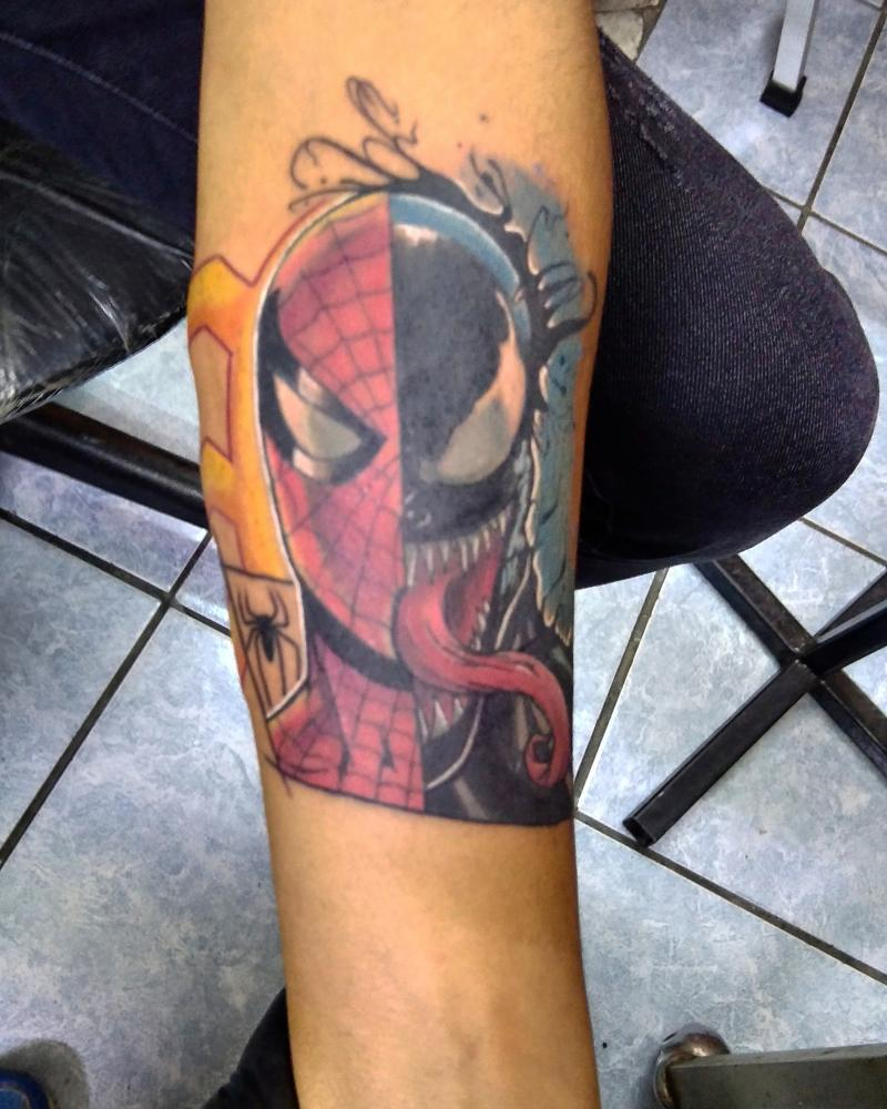 Marvel Spider-Man/venom tatuaje realizado por Ironik tattoo