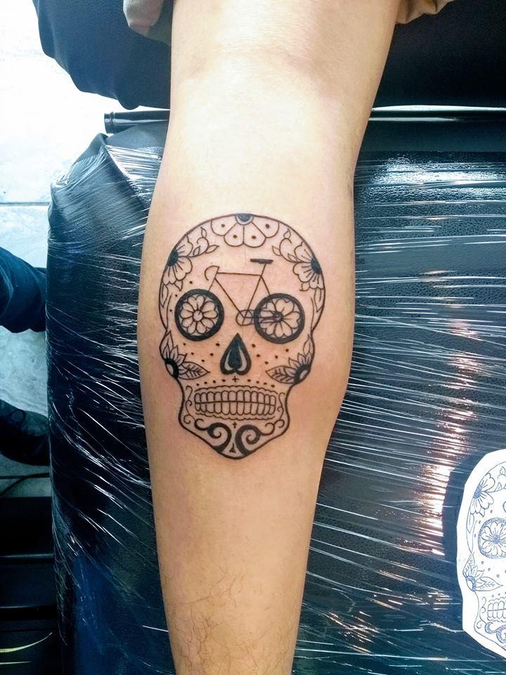 Calavera tatuaje realizado por Nowone