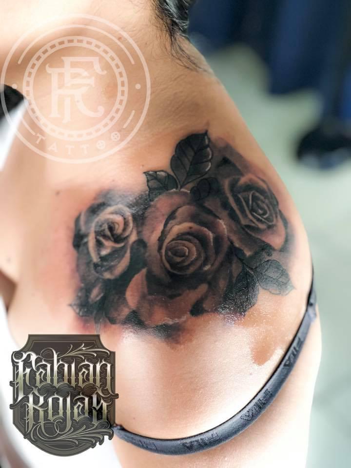 Rosas en el hombro tatuaje realizado por Fabian Rojas