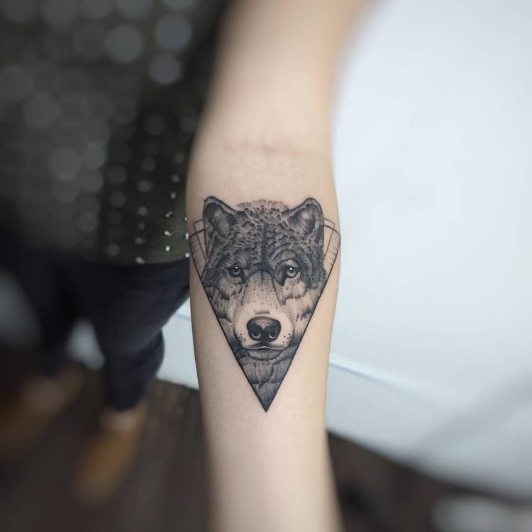 Lobo en Blackwork  tatuaje realizado por Roberto Valencia