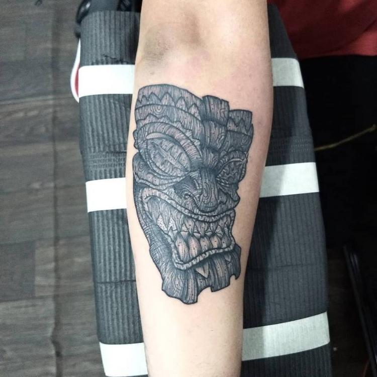 Mascara tikki de madera tatuaje realizado por Roberto Valencia