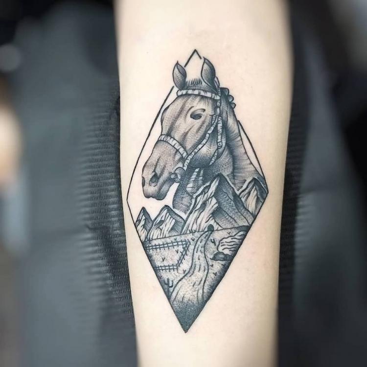Caballo y paisaje tatuaje realizado por Roberto Valencia