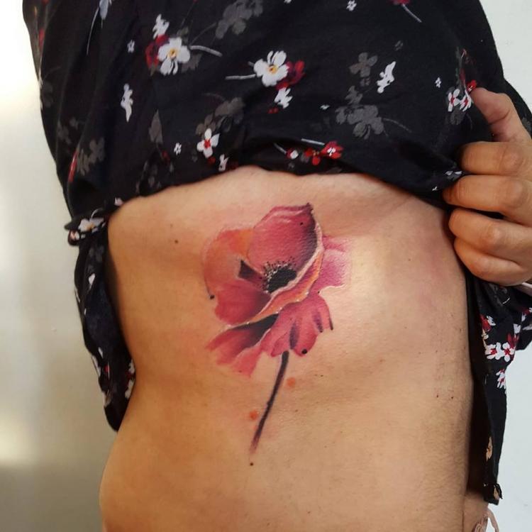 Flor costillas tatuaje realizado por Carlos Koyote Ramirez