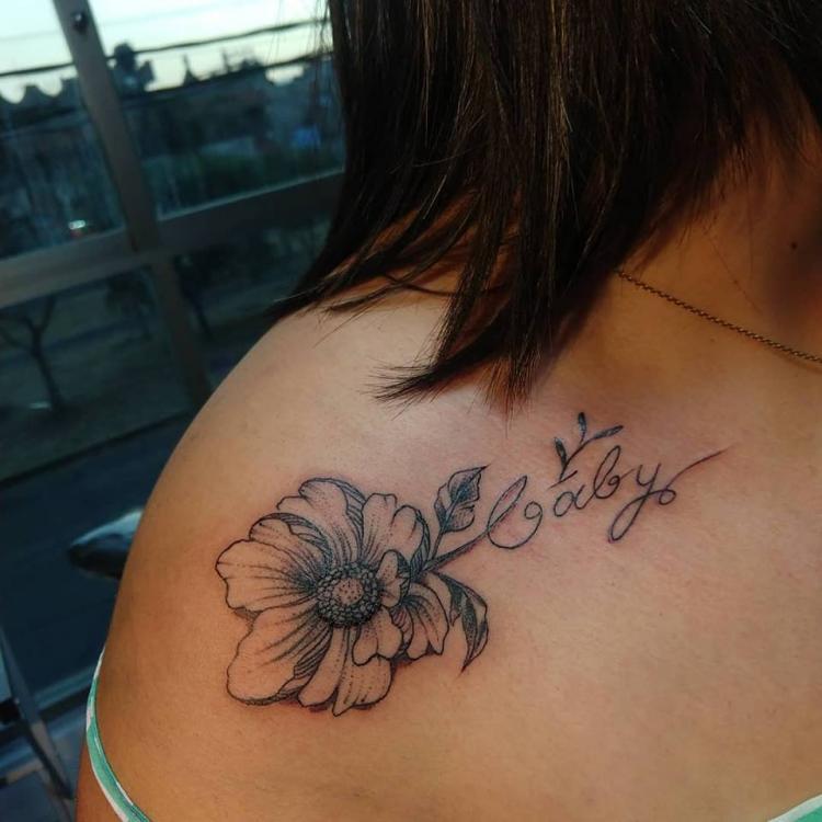 Poenia con nombre tatuaje realizado por Nowone