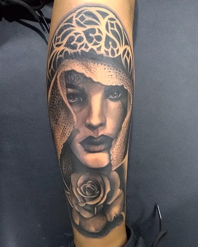 Retrato mujer con una rosa tatuaje realizado por AR KY