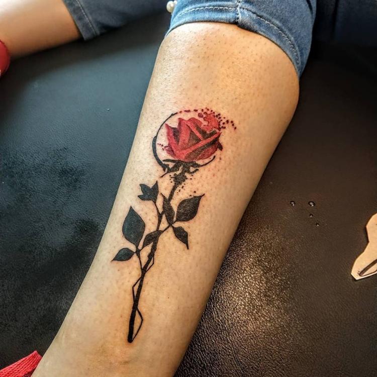 Rosa en el pie tatuaje realizado por Nowone
