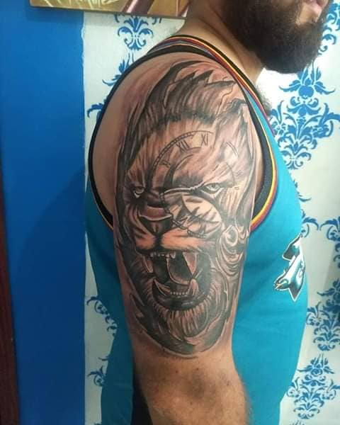 Leon gotico tatuaje realizado por Rak Martinez