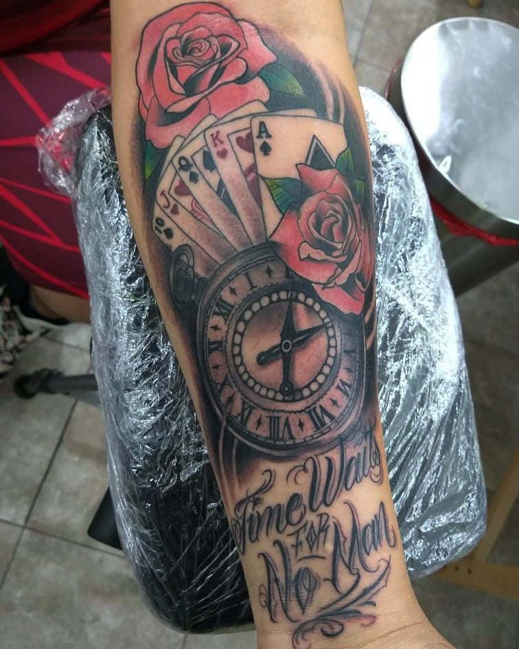 Reloj, poker y rosas tatuaje realizado por AR KY