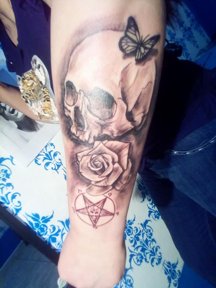 Rosa sobre craneo tatuaje realizado por Rak Martinez